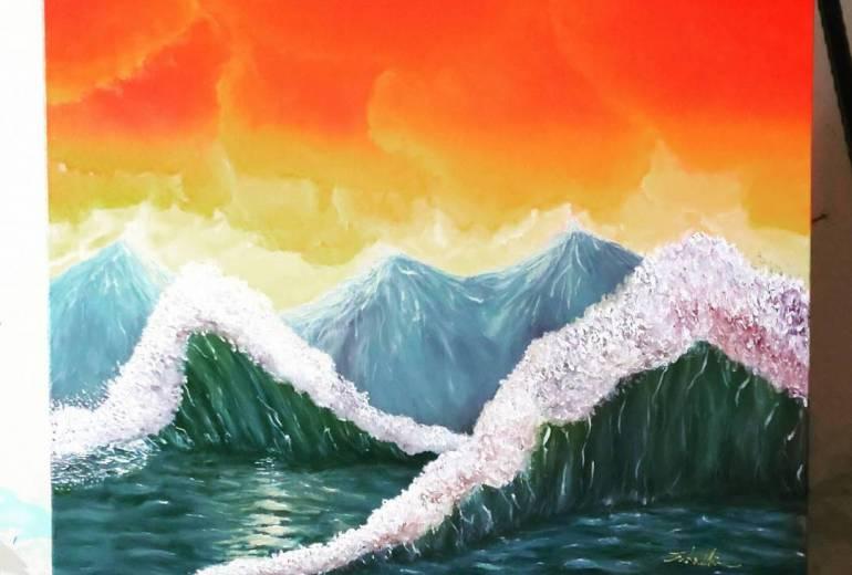 山のような波のある夕日の波涛